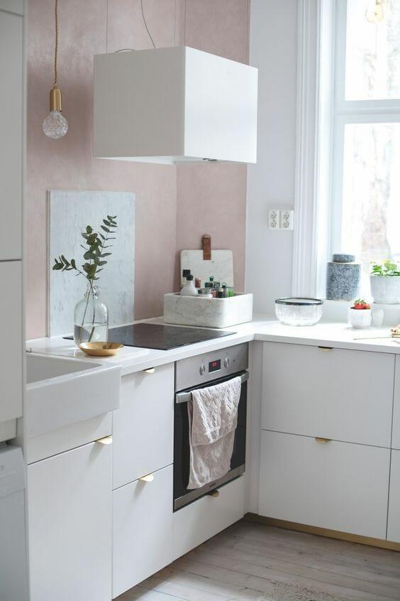 kuchnia biało różowa z marmurowymi elementami