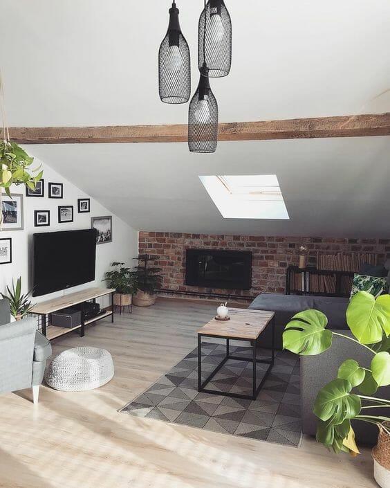remont strychu nowoczesny pokój dzienny z roślinami doniczkowymi i oknem dachowym