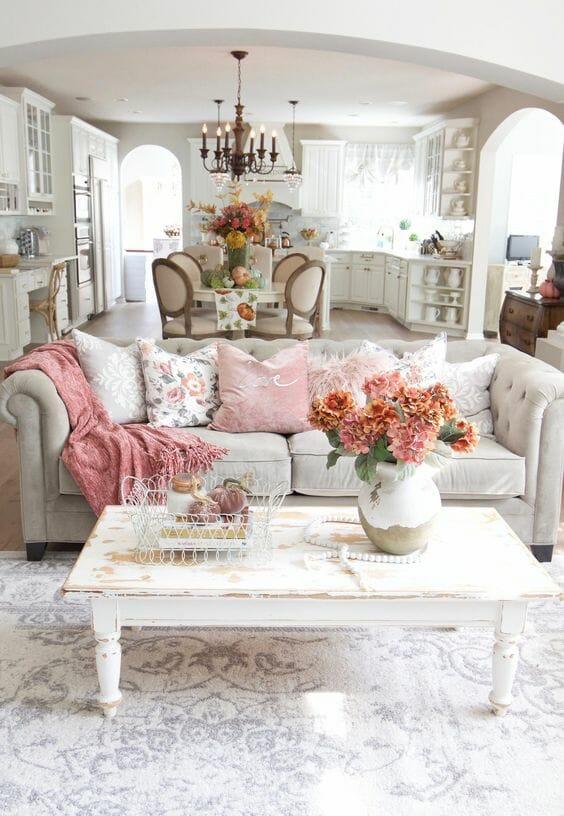 kolorowy salon shabby chic postarzane meble postarzany stolik biały poduszki z kwiecistymi poszewkami