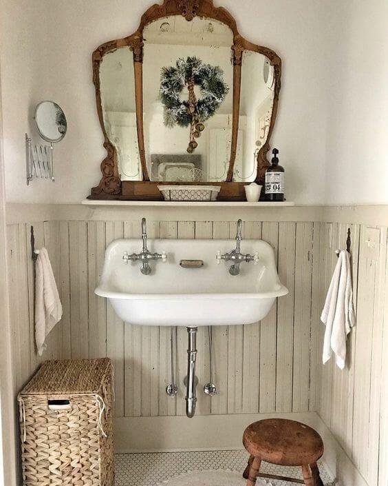 zlew w łazience oldschool stare srebrne bateria lustro w antycznej ramie