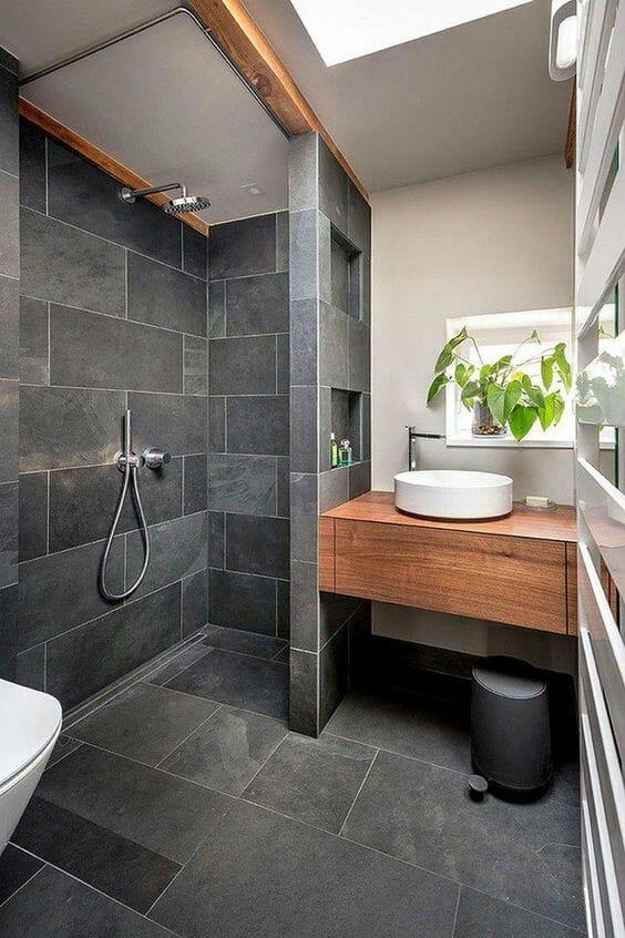 szara łazienka z płytkami drewnopodobnymi, projekt jak urządzić łazienkę