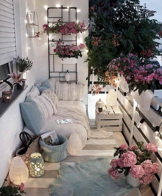 romantyczny balkon światełka i świeczki meble z palet