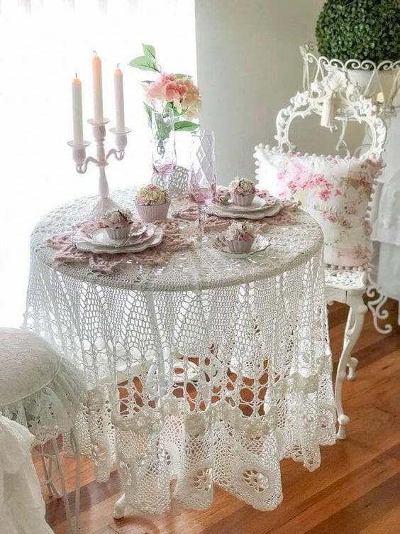 dekoracje styl shabby chic szydełkowy obrus kwiatki porcelanowa zastawa białe krzesła