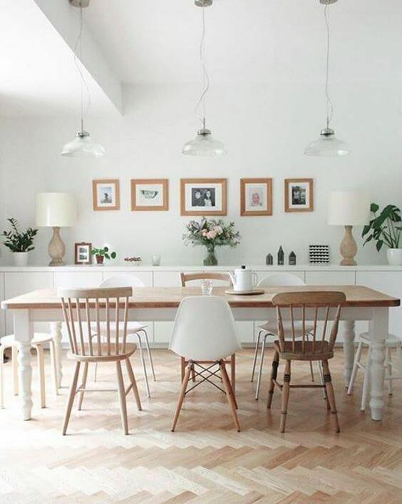 stół jadalniany z drewnianym blatem i krzesłami