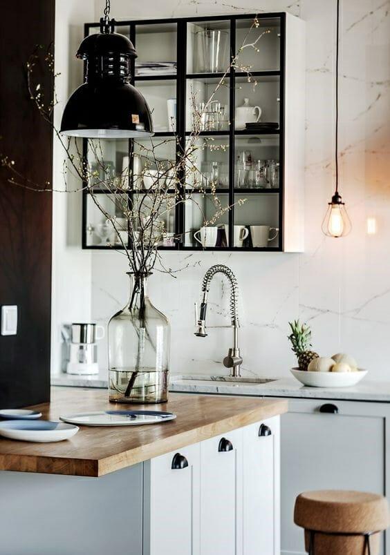 styl skandynawski w kuchni czarna lampa białe fronty