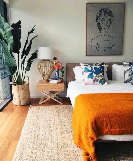 sypialnia duży kwiat w jutowej osłonce jutowy dywan obraz szkic pomarańczowy tkany koc