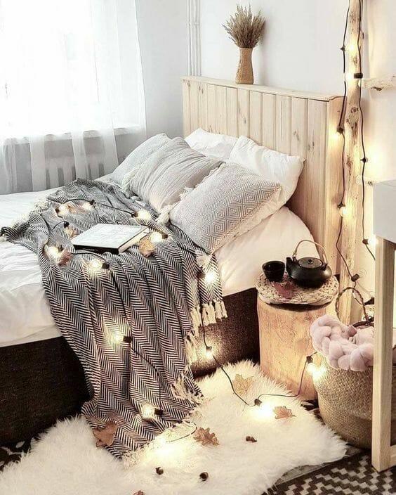 przytulna sypialnia światełka koc w jodełkę lampki led