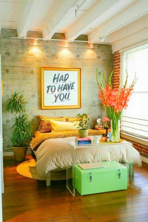 kolorowa, zielona sypialnia zielona skrzynia żółta rama grafiki
