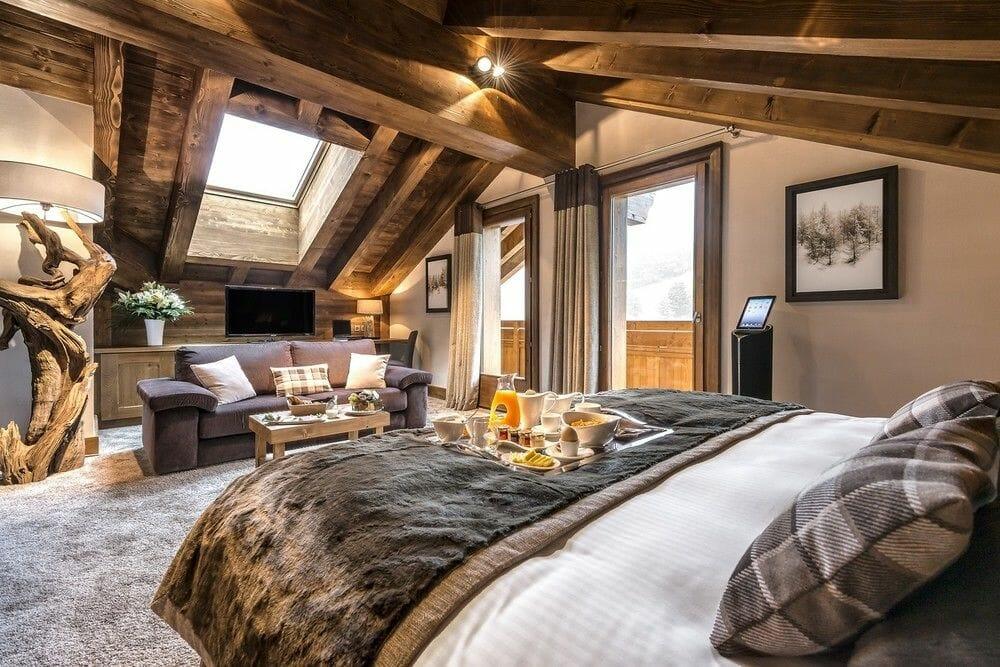 adaptacja poddasza przytulna sypialnia na poddaszu drewno i tekstylia