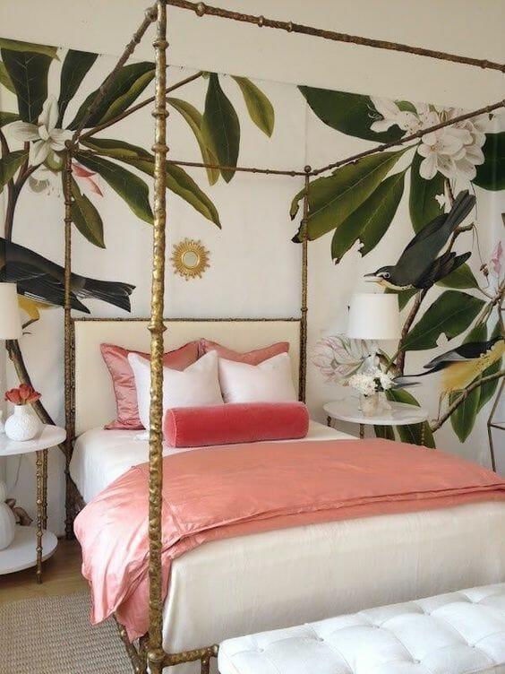 tapeta jungle jasna sypialnia różowe dodatki w postaci poduszek i kapy