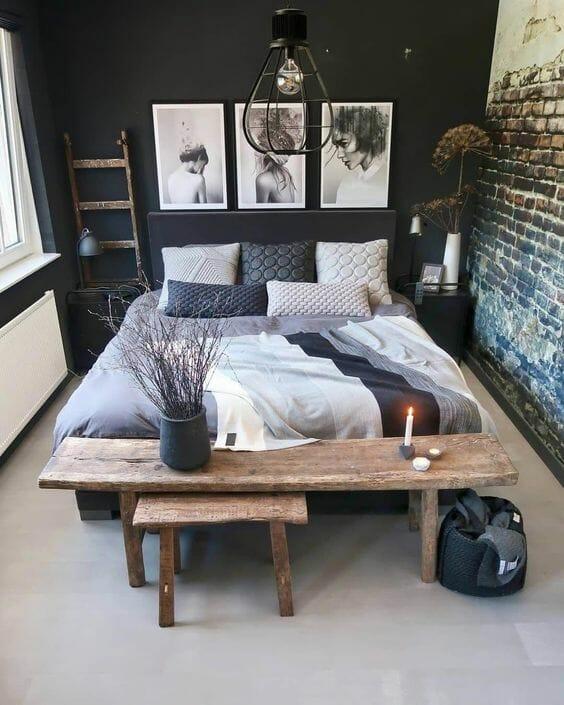 aranżacje sypialni industrialnej, czarny kolor ścian z cegłą, drewniana ława