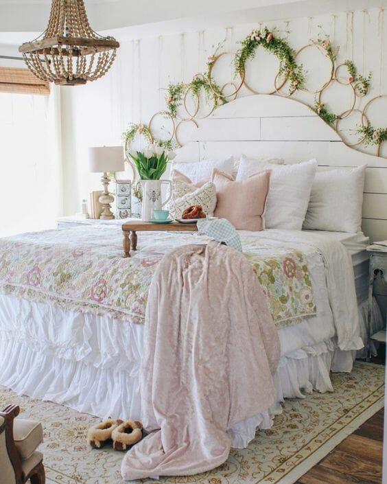 sypialnia w stylu prowansalskim pościel z falbanami zagłówek z białych desek kwiecisty pled