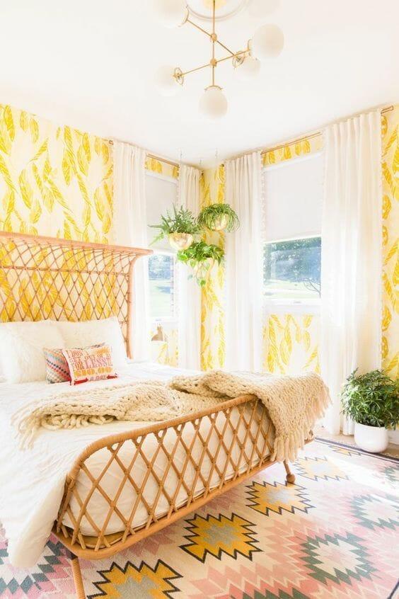 żółta sypialnia tapeta w liście łóżko z wiklinową ramą