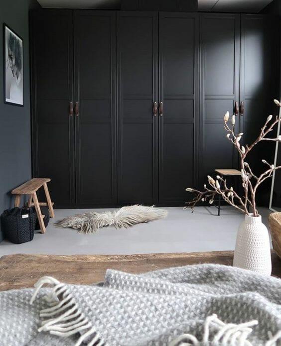 czarna minimalistyczna szafa w sypialni