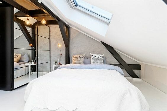 biała sypialnia z ukosem z szafą z lustrami