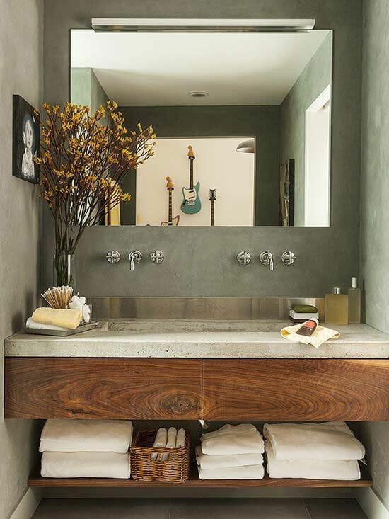 wystrój łazienki vintage i srebrne baterie kwiaty w wazonie