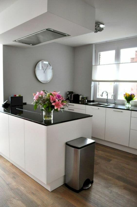 szare ściany w kuchni białe fronty i czarny blat