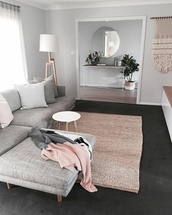 salon z beżowo różowymi dodatkami i białymi akcentami
