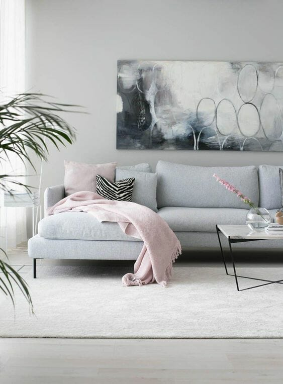 salon z obrazem abstrakcja i różowymi dodatkami
