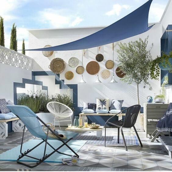 niebieski żagiel na tarasie w stylu śródziemnomorskim