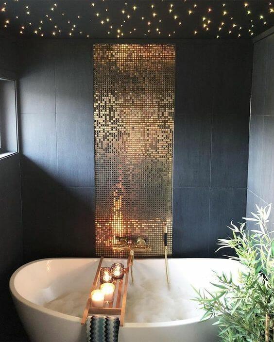 złota mozaika w czarnej łazience nad wanną