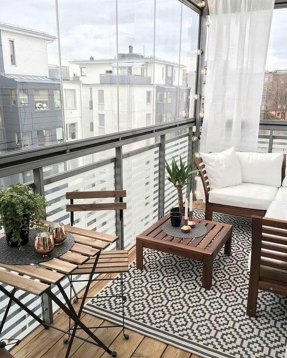 drewniane meble na balkon dywan w aztecki wzór zasłona biała jak osłonić balkon