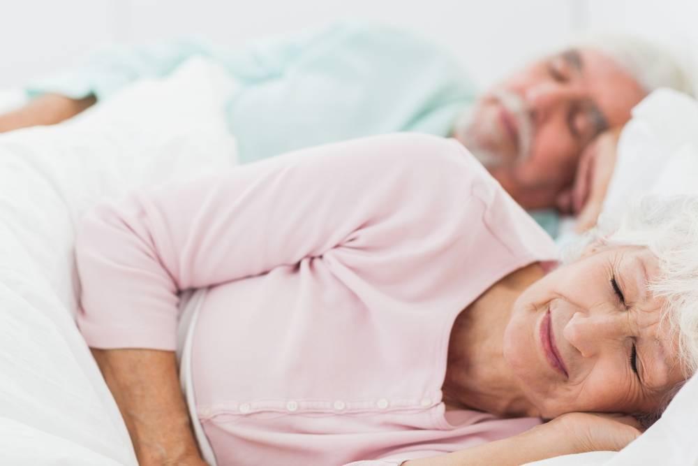 starsi śpiący ludzie