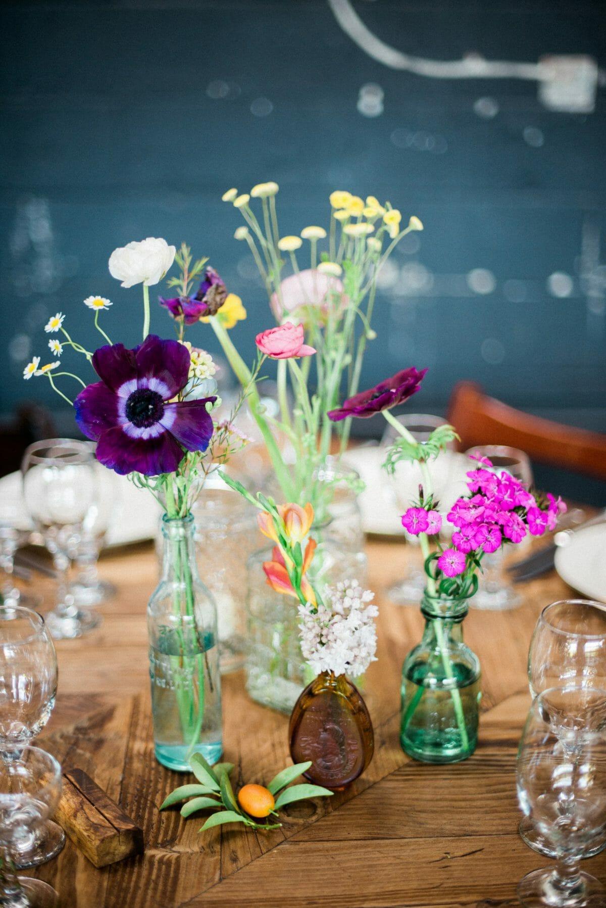 aranżacja z polnych kwiatów w szklanych butelkach