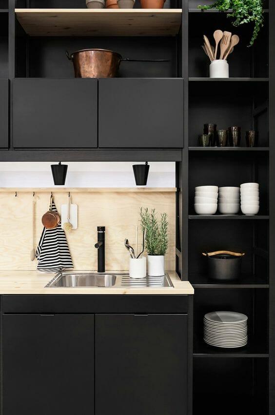 modna kuchnia w kolorze matowej czerni z drewnianymi elementami
