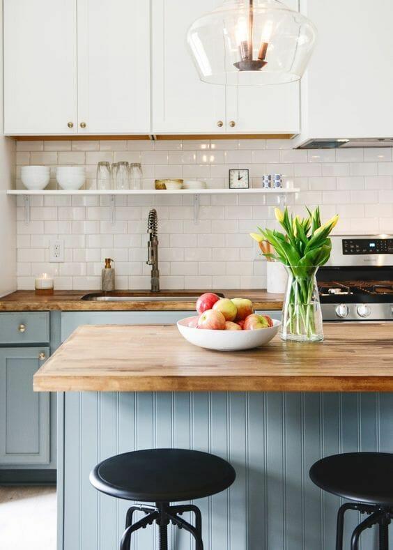 modna kuchnia w stylu retro szaro-niebieskie fronty lampa industrialna