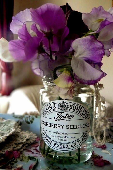 pachnący groszek w odcieniu fioletowym w rustykalnym słoiku