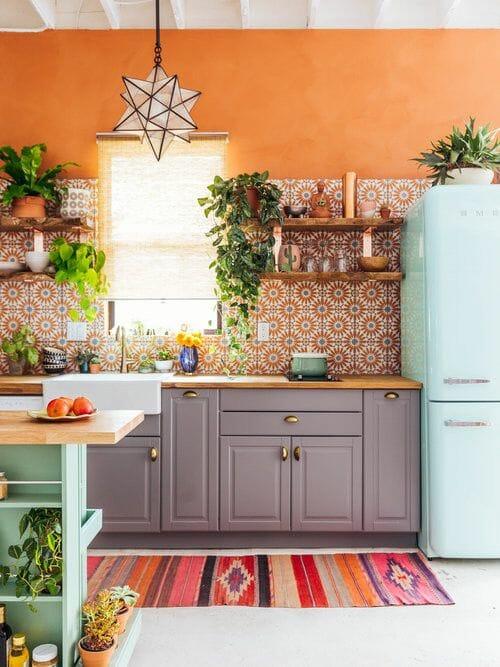 kolorowa kuchnia i lodówka