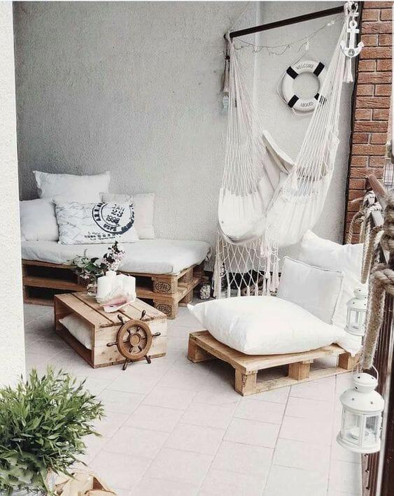 krzesło brazylijskie białe w towarzystwie mebli z palet