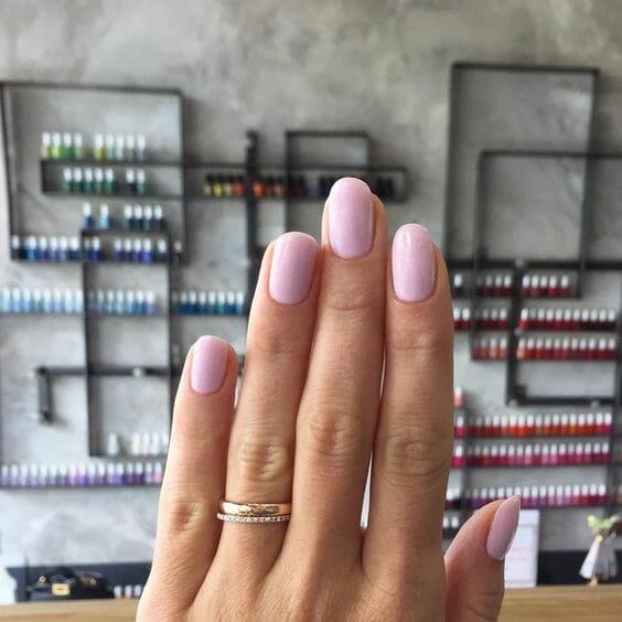 paznokcie pomalowane lakierem hybrydowym