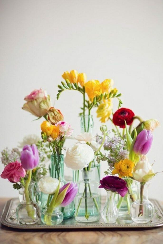 aranżacja z wiosennych kwiatów w małych byteleczkach, róża, tulipan, aster, frezja, konwalie