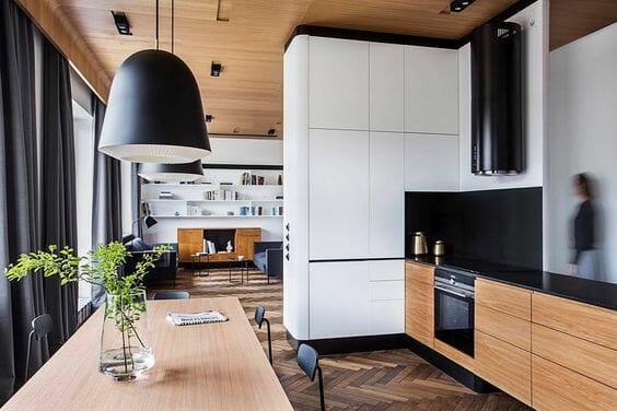 czarno biala modna kuchnia z drewnianymi dodatkami
