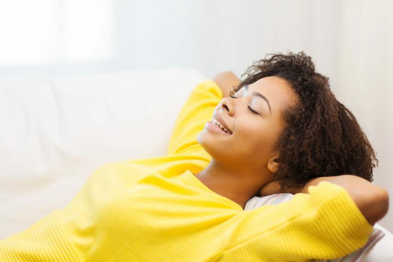 odpoczywająca kobieta w żółtym swetrze