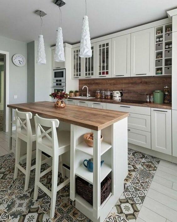 modna biała kuchnia z drewnianymi blatami i wyspą
