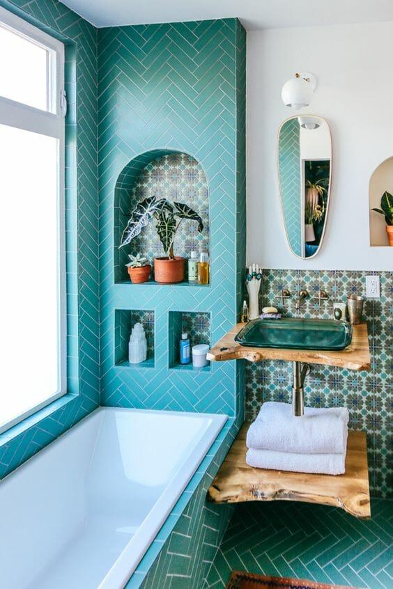 turkusowa łazienka, płytki ceramiczne, drewniany blat w łazience