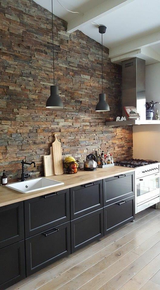kuchnia z cegłą, czarnymi frontami i cegłą