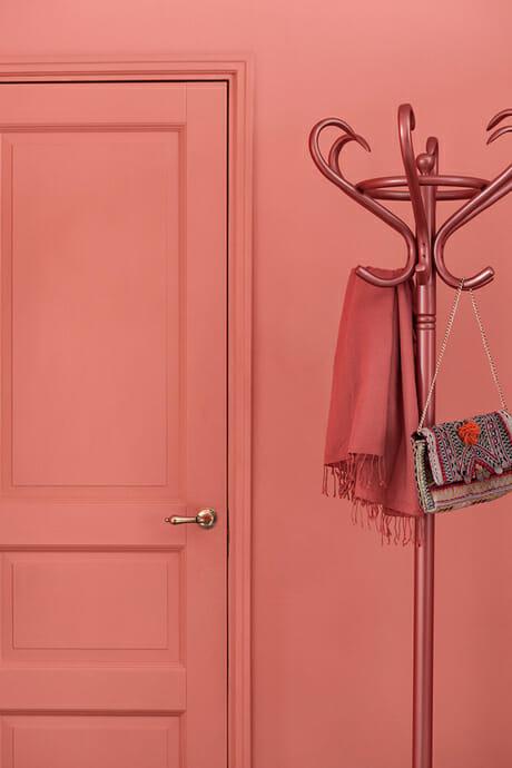 Modne kolory ścian do salonu - kolor koralowy