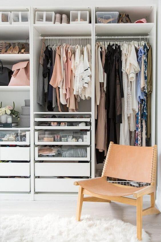 Garderoba w sypialni biała