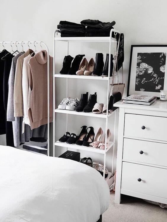 современный гардероб в белом