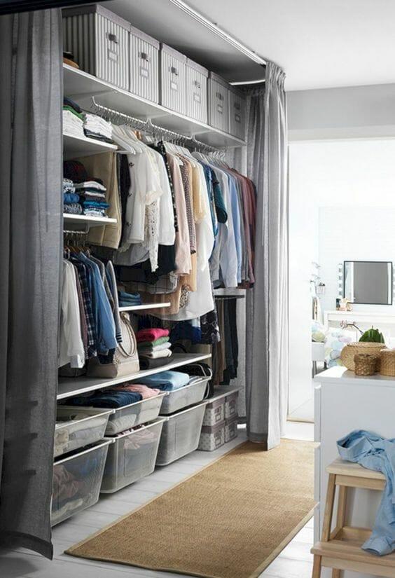 garderoba w sypialni w postaci zasłony