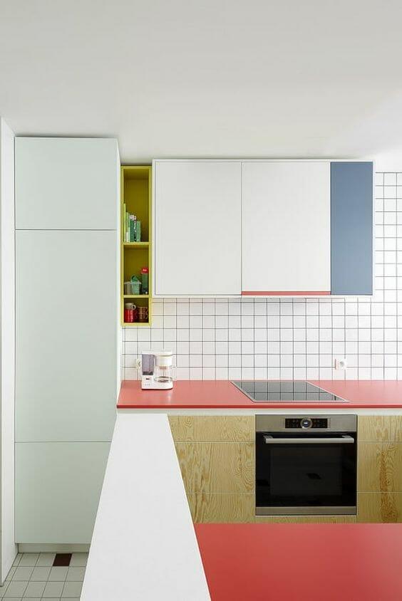 kuchnia z czerwonym blatem