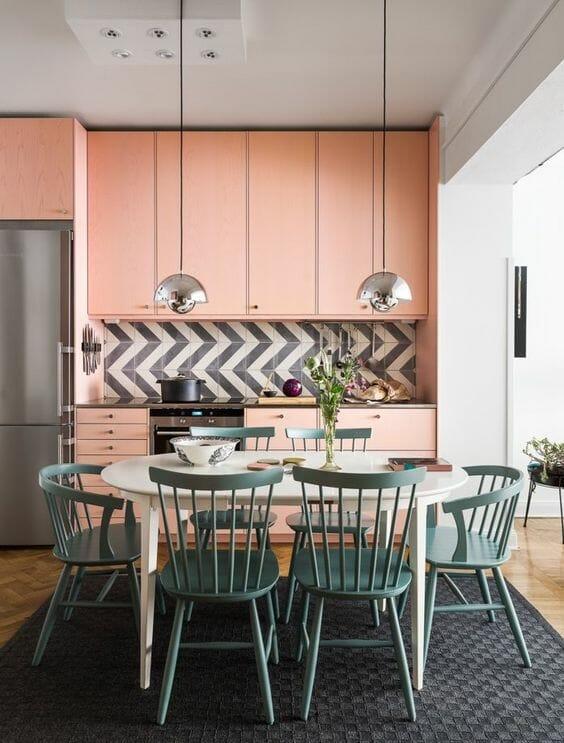 różowa kuchnia na wymiar z jasnoniebieskimi krzesłami w jadalni