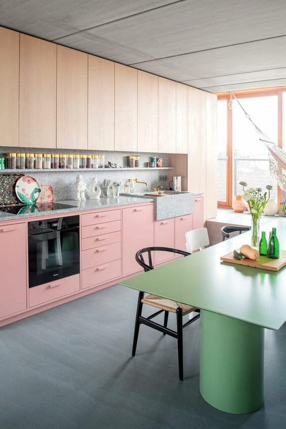 kuchnia na wymiar z różowymi frontami i zielonym półwyspem