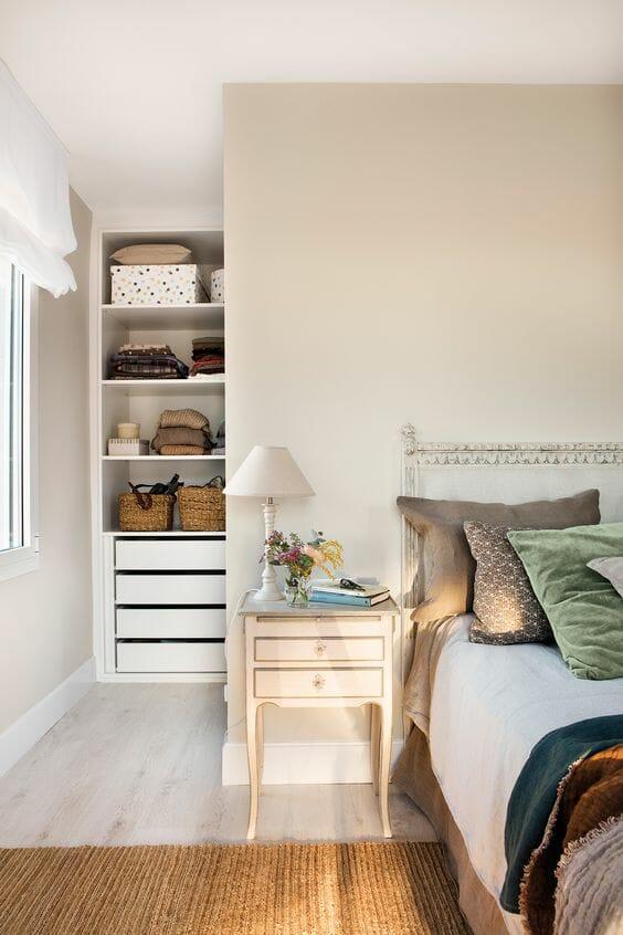 Garderoba w sypialni za ścianką działową