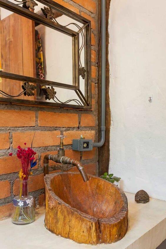 umywalka nablatowa drewniana, ceglana ściana w łazience, styl industrialny