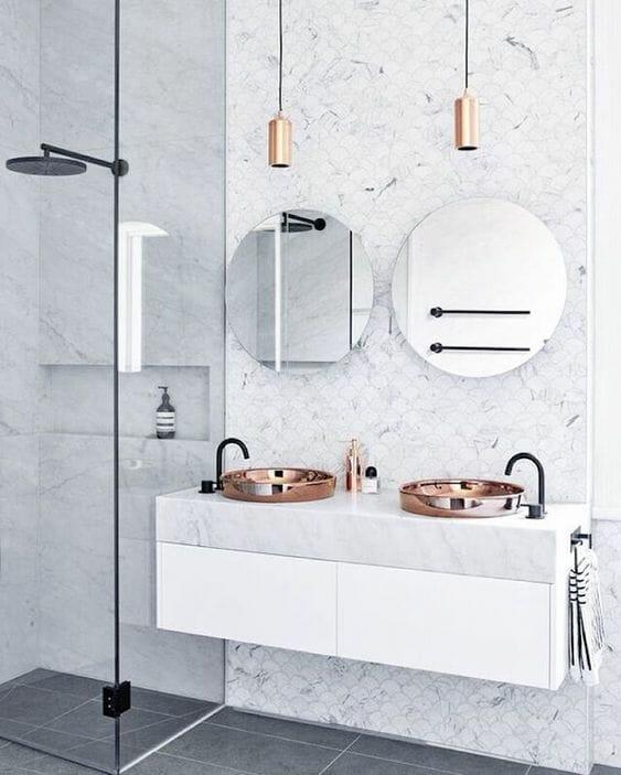 miedziana umywalka nablatowa, blat marmurowy, nowoczesna łazienka, okrągłe lustro, czarna bateria